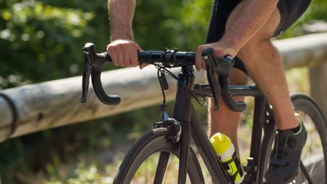 vidéos et rushes de cyclisme de route masculin d'athlète sur un col de montagne - faire du vélo