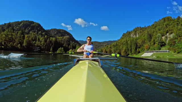 pov male athlete rowing in a yellow coxless pair viewed from the stern - canottaggio senza timoniere video stock e b–roll
