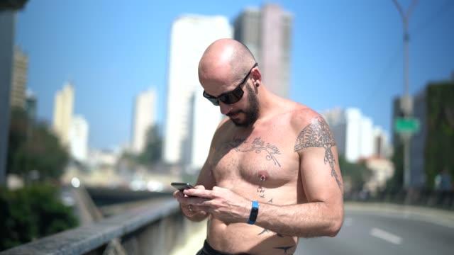 male athlete using mobile at minhocao, sao paulo, brazil - pardo brazilian stock videos & royalty-free footage