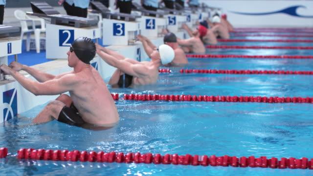 stockvideo's en b-roll-footage met ds male backstroke start swimming competition - binnenbad