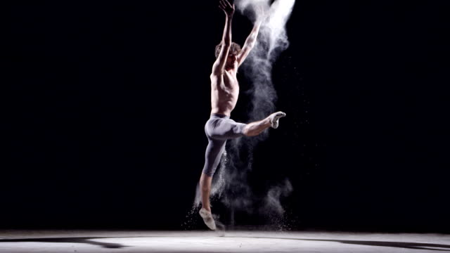 male ballet dancer jumping - balletttänzer stock-videos und b-roll-filmmaterial
