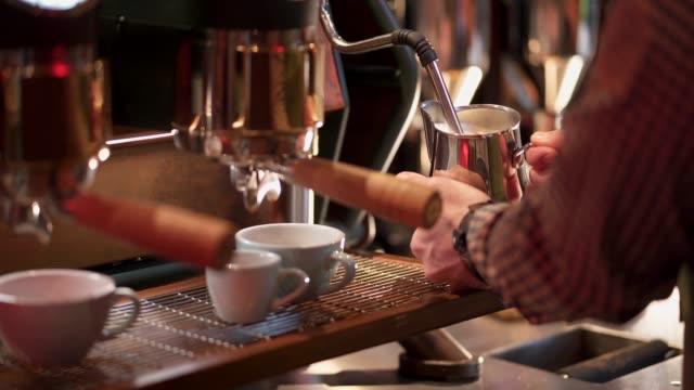 male barista making cappuccino - bricco per il caffè video stock e b–roll