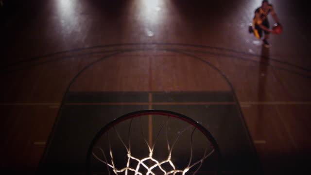 vídeos y material grabado en eventos de stock de ha cu male basketball player performs a 360 degree under the legs slam dunk - mate técnica de vídeo