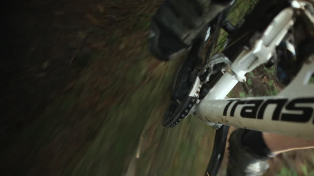 cu pov male biker mountain biking through forest / squamish, british columbia, canada - speichen stock-videos und b-roll-filmmaterial