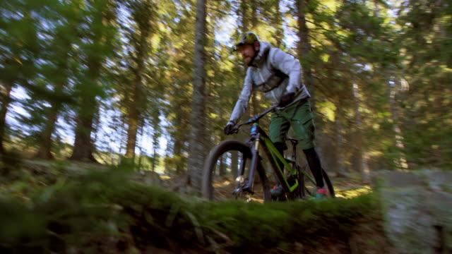 SLO MO Männchen Biker Reiten eine holprige Wald