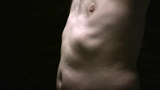 (hd1080i) männliche körper fragen: torso, bauch, ribs, im licht der brust - brustwarze stock-videos und b-roll-filmmaterial
