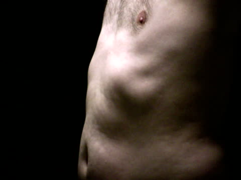 corpo maschio problemi: busto, stomaco, nervature, petto in luce - muscolo umano video stock e b–roll