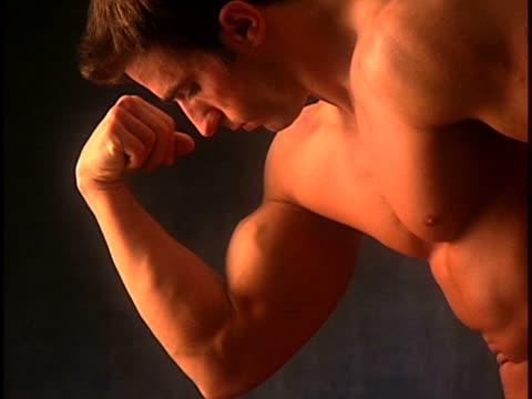 vídeos y material grabado en eventos de stock de male body - flexionar los músculos