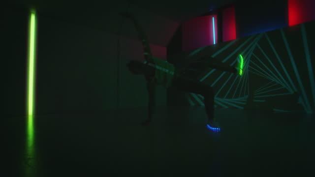 vídeos de stock, filmes e b-roll de movimentos de ruptura masculino dançarina realizando dança freestyle - na moda descrição