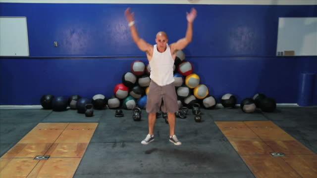 männliche burpee übung - menschlicher muskel stock-videos und b-roll-filmmaterial
