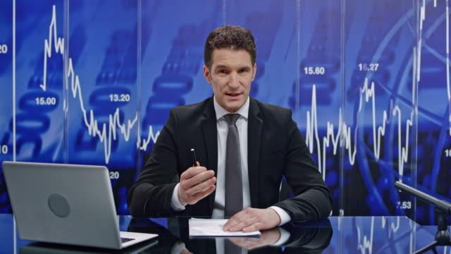 ld männlich geschäft nachrichtensprecher präsentiert die nachrichten aus der wirtschaft - männliche person stock-videos und b-roll-filmmaterial