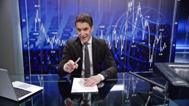 vídeos y material grabado en eventos de stock de cs hombre negocios presentadora haciendo el discurso de introducción al comienzo del espectáculo - programa de televisión
