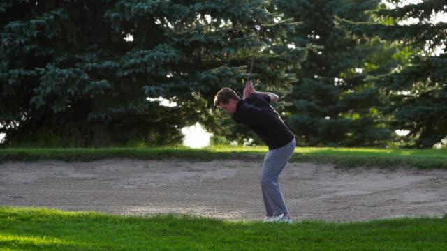 vidéos et rushes de homme caucasien golf arrive une bonne prise - swing de golf
