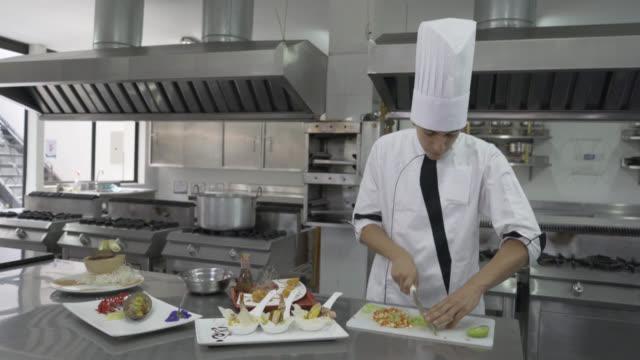 vídeos de stock, filmes e b-roll de chef masculino cortar um tomate rápido para uma refeição - happy meal