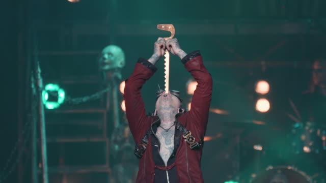 vidéos et rushes de a male circus performer in steampunk attire swallows a sword during a circus show - théâtre burlesque