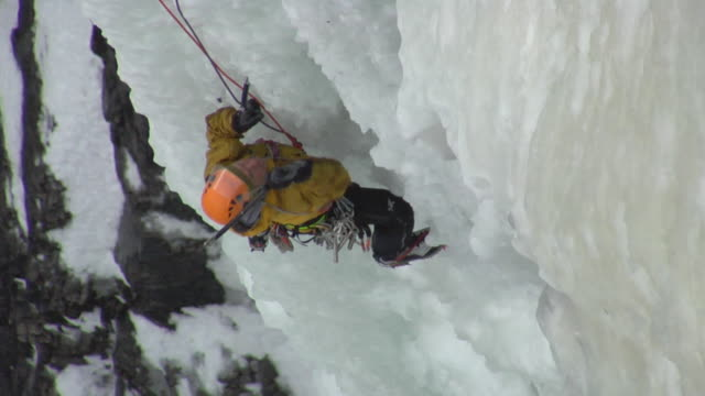 vídeos de stock e filmes b-roll de ws ha male climber climbing ice, eidfjord, hordaland, norway - só homens maduros