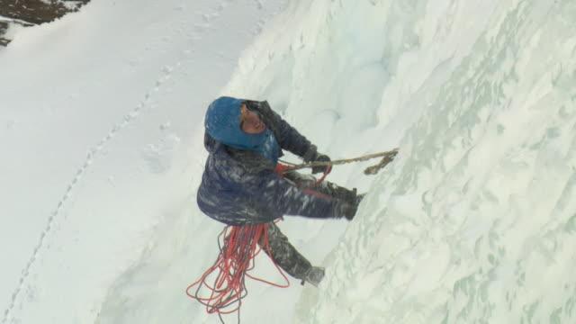 vídeos de stock e filmes b-roll de ws ha zo male climber climbing ice, gol, hordaland, norway - só homens maduros