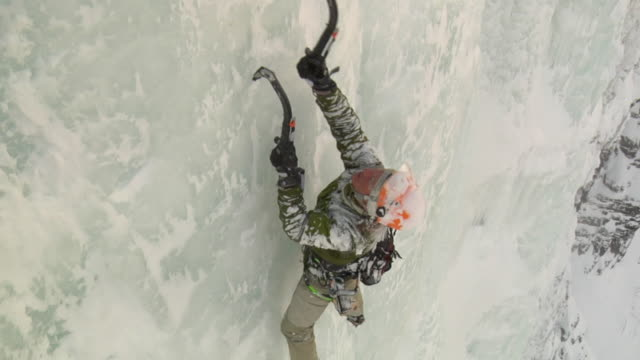 ws zi cu ha male climber climbing ice using hooks, hemsedal, buskerud, norway - felswand stock-videos und b-roll-filmmaterial