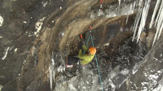 vídeos de stock e filmes b-roll de ws zi zo male climber climbing rock using hooks, gol, hordaland, norway - só homens maduros