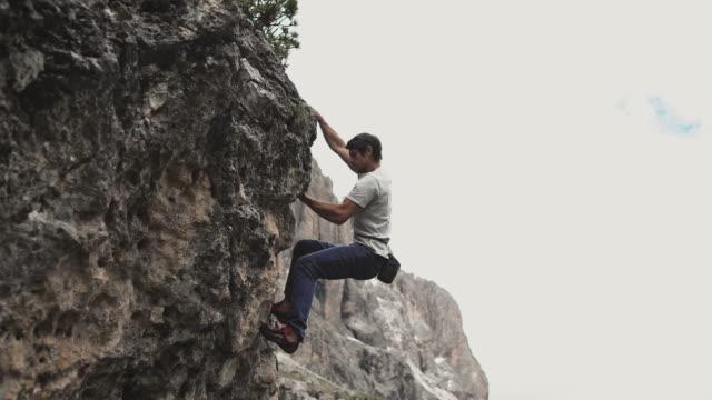 stockvideo's en b-roll-footage met mannelijke het beklimmen berg tijdens zonnige dag - boulder rock