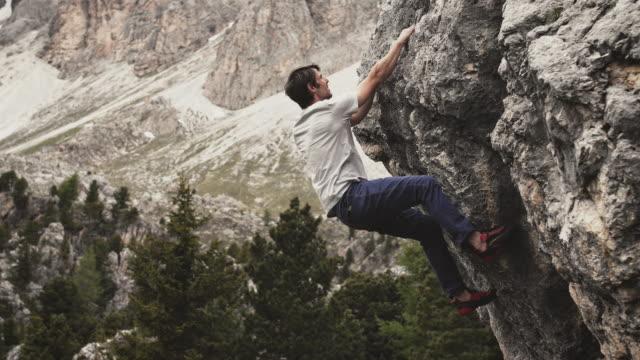 週末の男性登山山 - クライミング点の映像素材/bロール