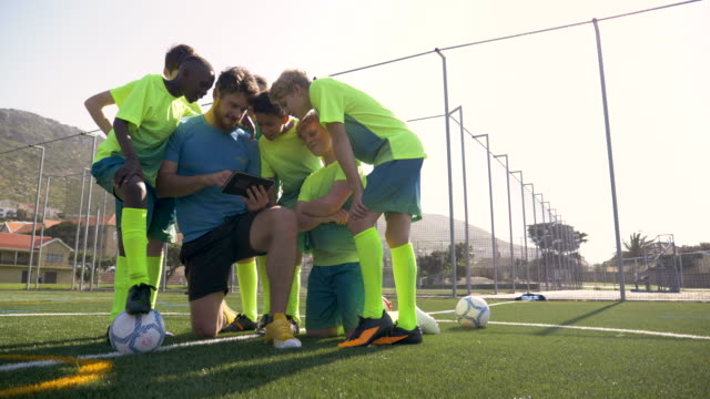 male coach preparing his team for a soccer match - squadra sportiva video stock e b–roll