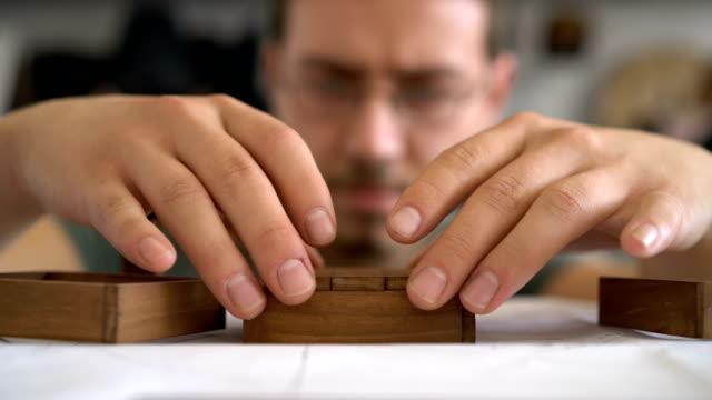 handwerk-mann arbeitet in seinem atelier. close-up aufnahmen. - messen stock-videos und b-roll-filmmaterial
