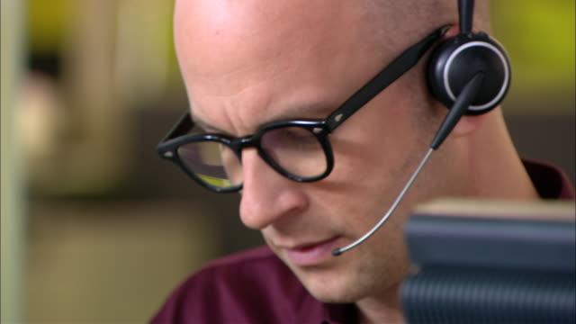 vídeos de stock, filmes e b-roll de ecu, male customer service representative at work, portrait - só um adulto de idade mediana