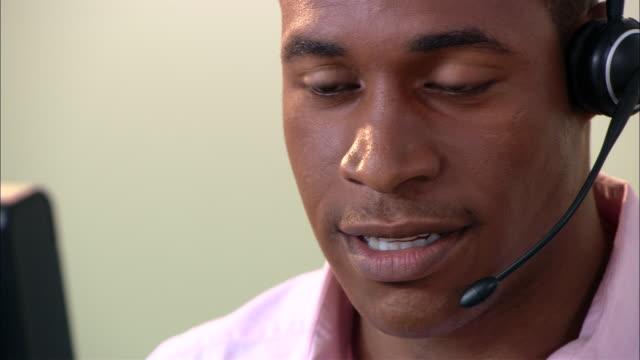 vídeos de stock, filmes e b-roll de ecu, male customer service representative at work - só um adulto de idade mediana