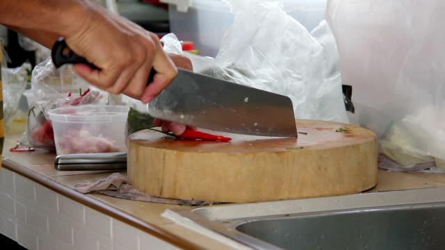 vídeos de stock e filmes b-roll de male cutting chili prepare cooking - depilação