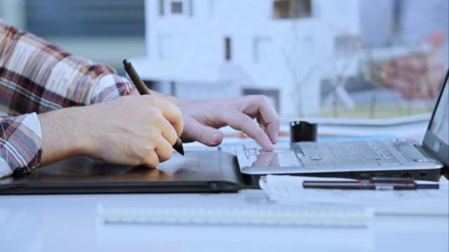 LD man ontwerper werkt aan een grafisch tablet