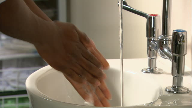 vidéos et rushes de male doctor washing and drying hands - sécher activité