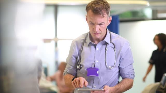 男性医師の看護ステーション勤務 - 国民保険サービス点の映像素材/bロール