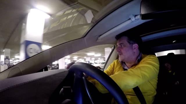 vidéos et rushes de male driving electric car - un seul homme d'âge moyen