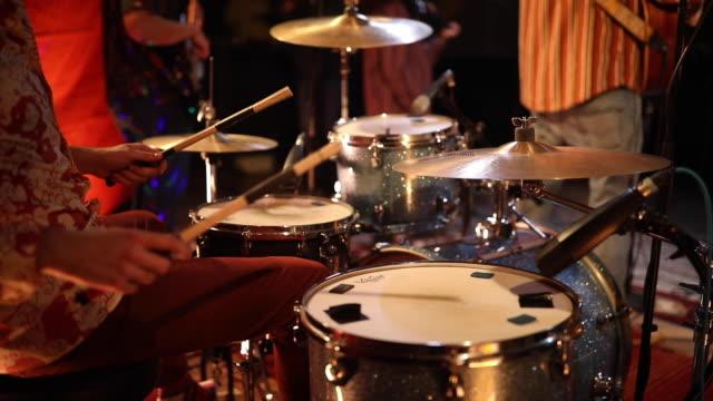 vidéos et rushes de batteur masculin exécutant sur scène avec le groupe - rock moderne