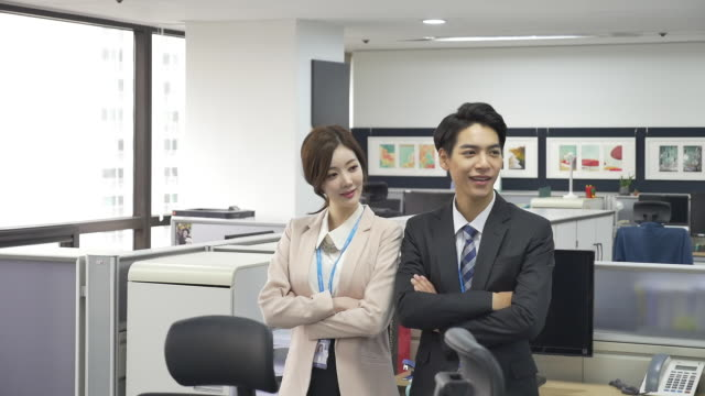 a male employee and a female employee at an office - hemd und krawatte stock-videos und b-roll-filmmaterial