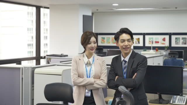 a male employee and a female employee at an office - シャツとネクタイ点の映像素材/bロール