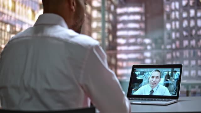 DS mannelijke werknemer op een video-oproep met zijn collega