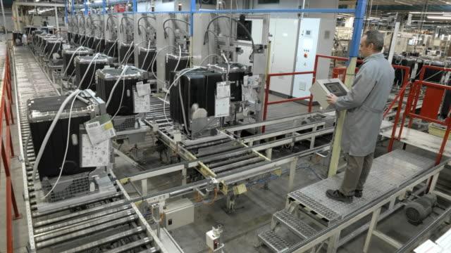 stockvideo's en b-roll-footage met time-lapse mannelijke werknemer die het sorteren van producten verplaatsen op de roller transportband - lopende band