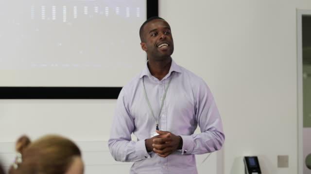 vídeos de stock e filmes b-roll de male executive leading a training conference - conferência de negócios