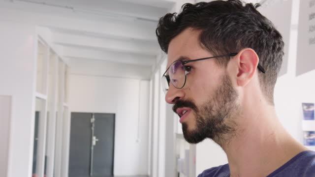 männliche exekutive teilt seine ideen - speech stock-videos und b-roll-filmmaterial