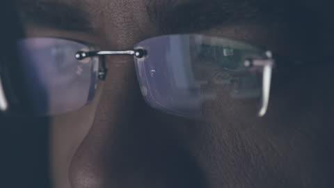 vídeos y material grabado en eventos de stock de mirada masculina en el monitor de la computadora - staring