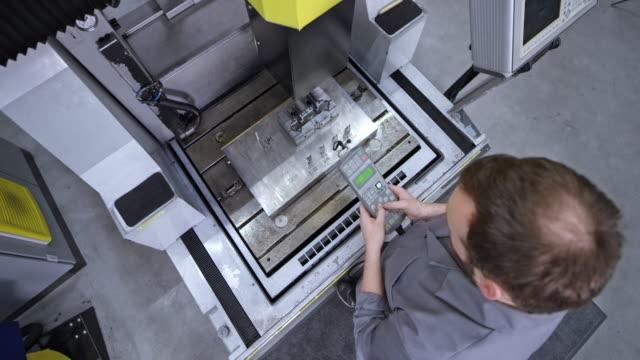 vidéos et rushes de cs homme employé d'usine actionnayant la machine - crane construction machinery