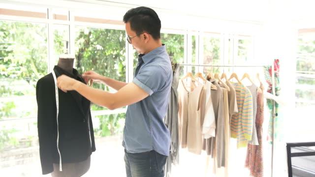 männliche mode-designer design schwarze tuch auf schaufensterpuppe im home-office - 30 34 years stock-videos und b-roll-filmmaterial