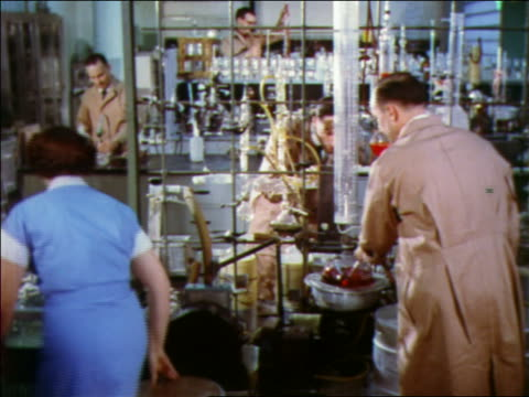 vídeos y material grabado en eventos de stock de 1957 male + female scientists working in laboratory - 1957