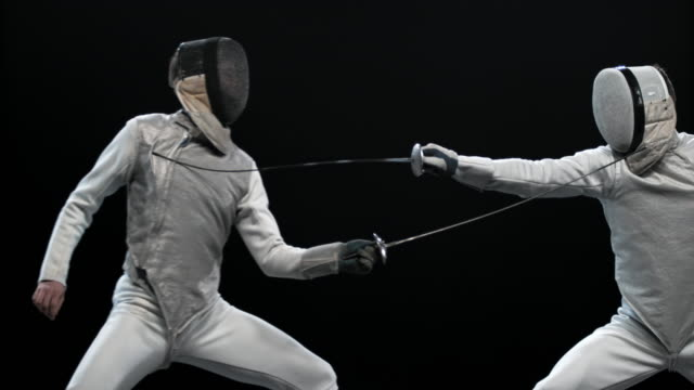 vídeos y material grabado en eventos de stock de slo mo pan esgrimista macho golpeando al oponente y ganando un punto - en guardia