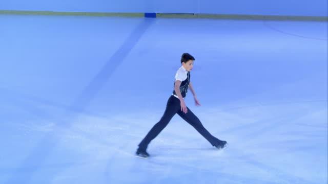 vídeos de stock e filmes b-roll de slo mo ts homem patinação artística no seu programa - patinagem no gelo