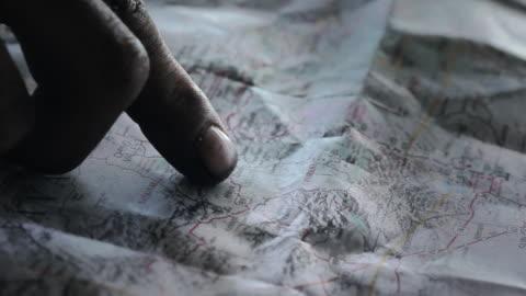 vídeos y material grabado en eventos de stock de cu male finger pointing on map / palmdale, ca, united states  - dedo