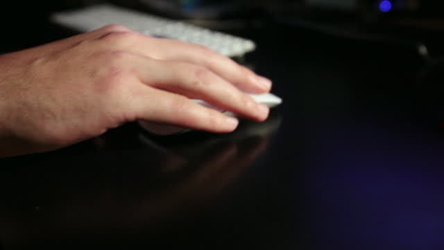 cu male fingers moving mouse across desk / los angeles, california, united states - 操作する点の映像素材/bロール