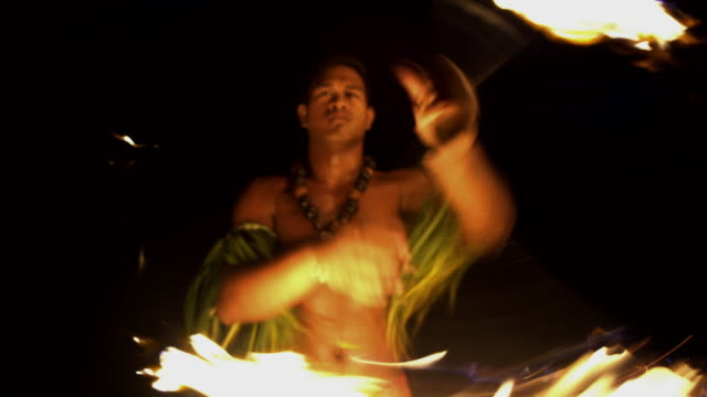 stockvideo's en b-roll-footage met male fire dancer with flaming torch south pacific - tahiti